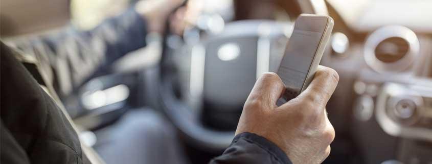 Handy am Steuer doch erlaubt? Neues Urteil des OLG Stuttgart