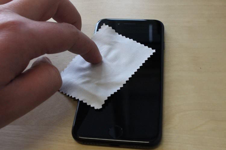 Smartphone mit Mikrofasertuch reinigen