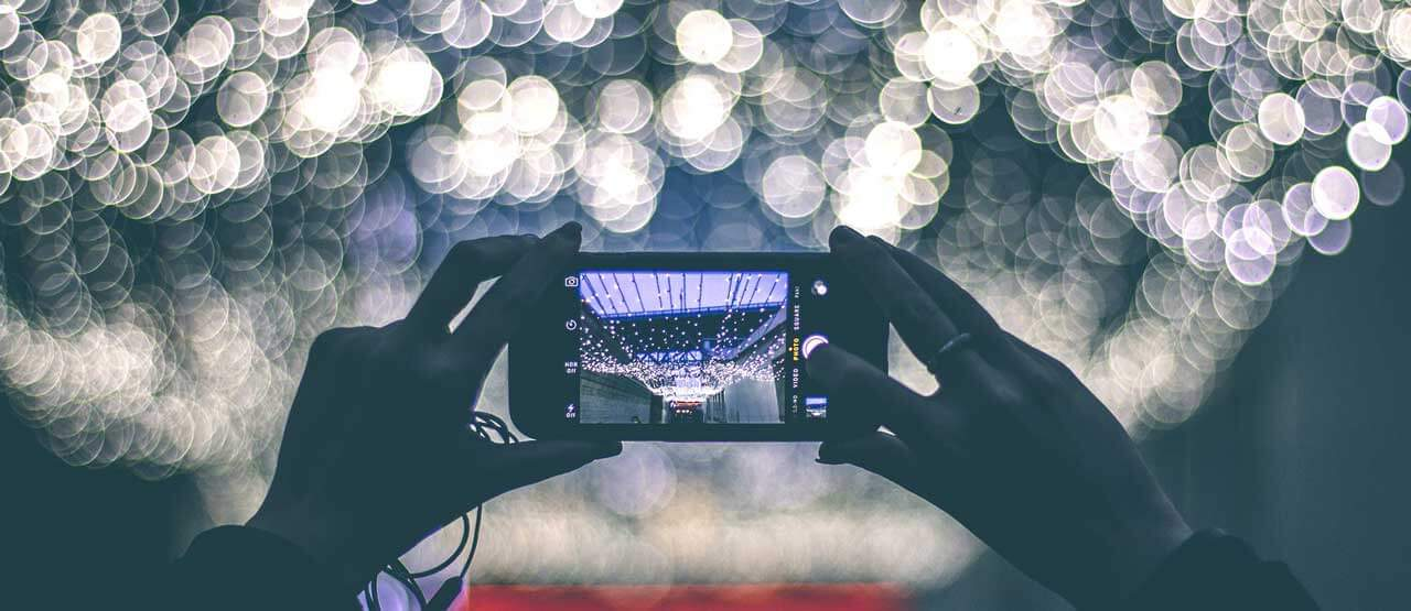 Smartphone vor Lichterkette